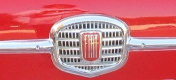 Il fregio anteriore della Fiat 500